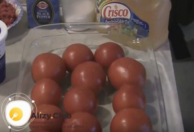 Тщательно промываем, а затем просушиваем или вытираем помидоры.