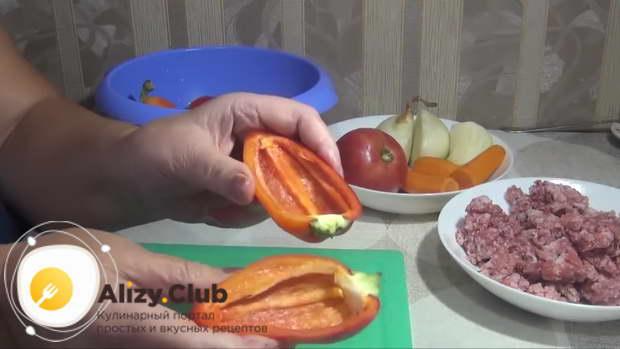 Сладкий перец (7 штук) режем вдоль пополам