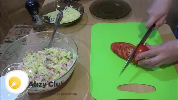 Помидоры (115 грамм) режем тонкими колечками