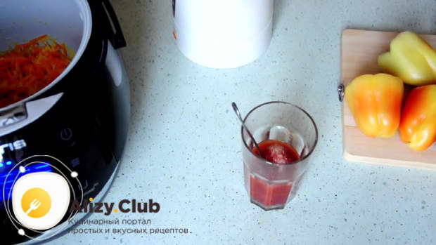 Для заливки разводим 4 столовые ложки томатной пасты в половине стакана горячей воды