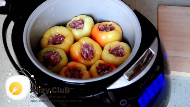 В чашу мультиварки на овощную подушку выкладываем перец