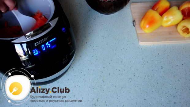 Наливаем масло в чашу мультиварки и включаем режим «Жарка»