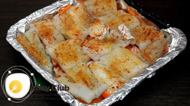 Для приготовления филе минтая в фольге в духовке, разогрейте духовку