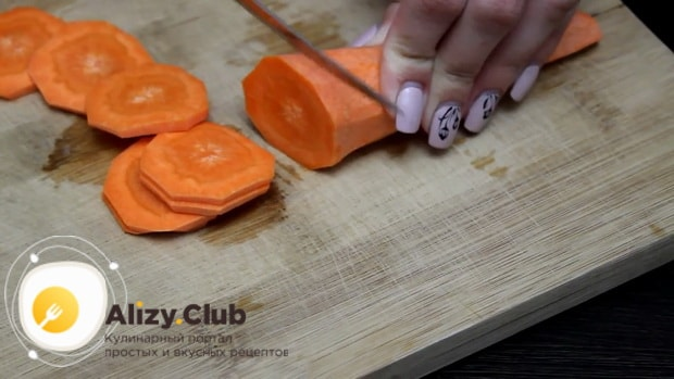 Для приготовления филе минтая в фольге в духовке, нарежьте морковь