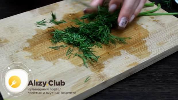 Для приготовления филе минтая в фольге в духовке, нарежьте зелень