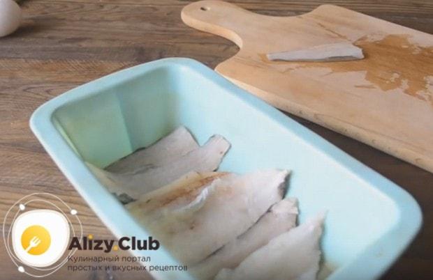 Укладываем филе в форму для запекания.
