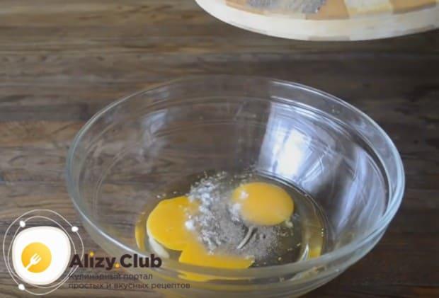 выбиваем в миску два яйца, добавляем к ним соль и перец.