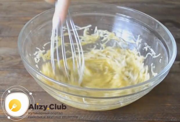 Добавляем к яичной массе натертый сыр и перемешиваем.