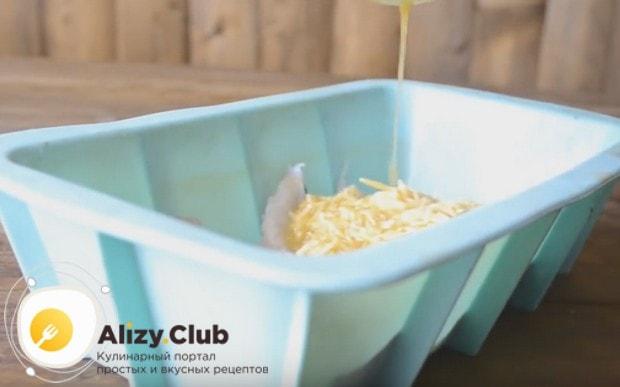 Заливаем кусочки рыбного филе в форме яично-сырной массой.