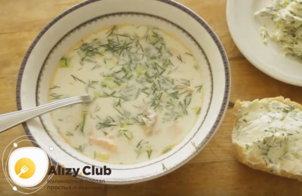 При подаче посыпаем финский суп из форели со сливками свежим укропом.