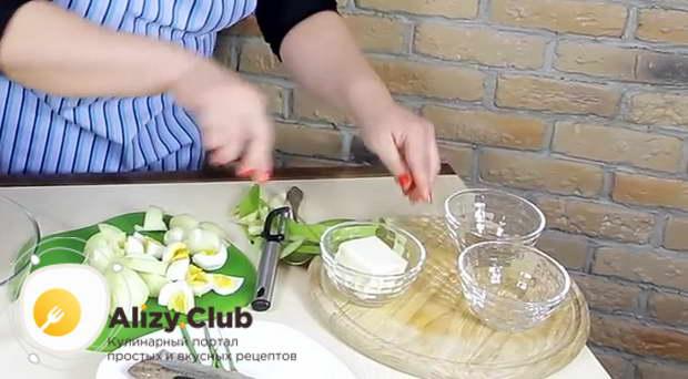 Заморозьте 100-120 г сливочного масла