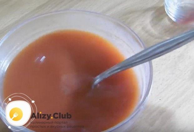 Приготовим соус на основе томатной пасты и воды.