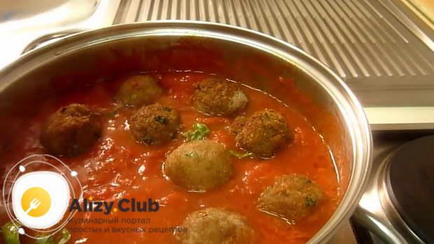 В приготовленный соус добавляю 3 листика свежего базилика и выкладываю фрикадельки
