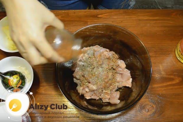 Нарезанное кусочками куриное филе заправляем специями и солью.