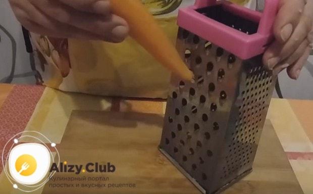 Натираем морковку на крупной терке.