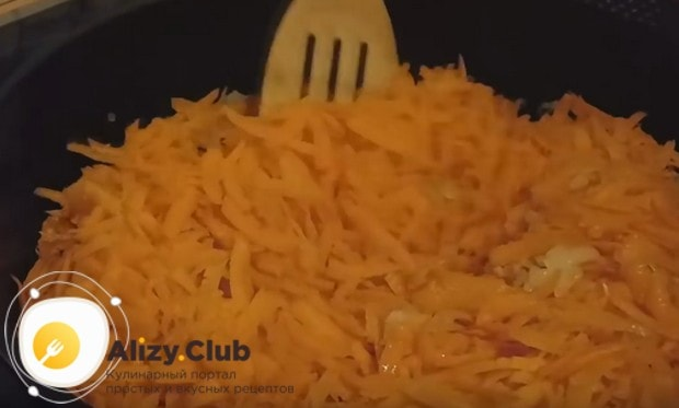 Добавляем к луку морковку и пассеруем овощи еще минуты три.