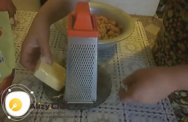 Натираем сыр на терке.