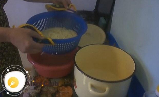 Готовые спагетти откидываем на дуршлаг.
