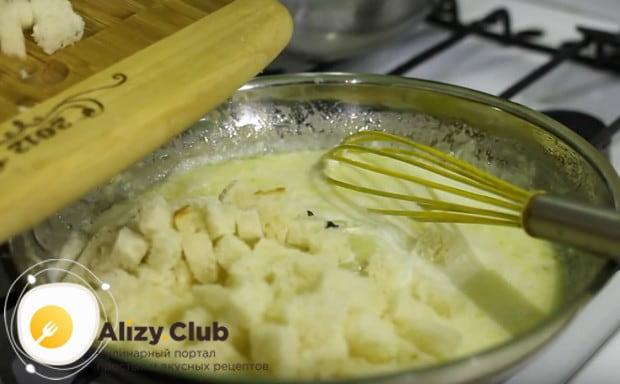 Добавляем в соус порезанный маленькими кусочками белый хлеб.