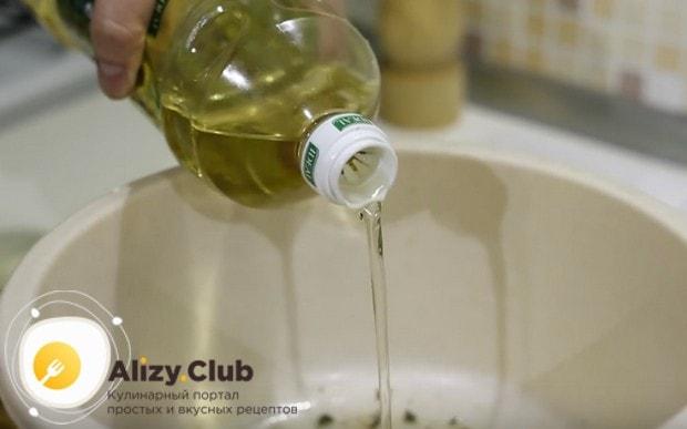 Соединив сливочное масло со специями, добавляем также растительное масло.