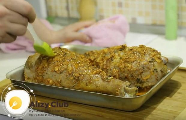 При выпекании надо периодически смазывать голени соком, выделяющимся в процессе готовки.