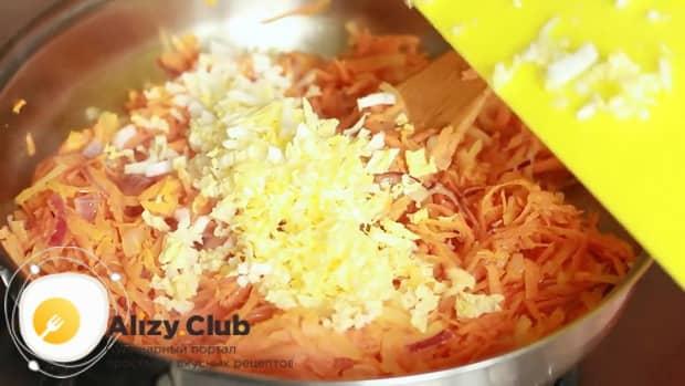 Для приготовления голубцов из пекинской капусты, соедините ингредиенты