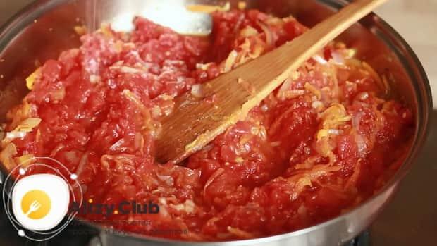 Для приготовления голубцов из пекинской капусты, добавьте томаты