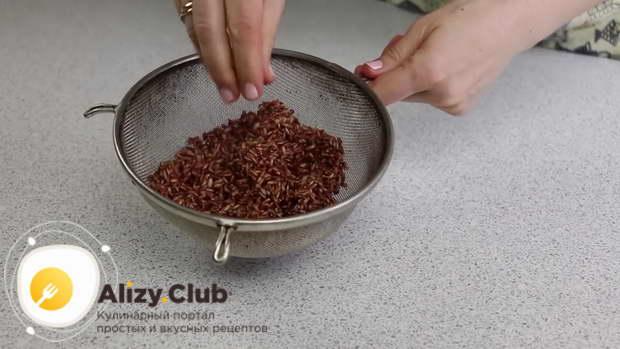 Откидываю рис на сито, для того чтобы вода стекла, и даю рису остыть
