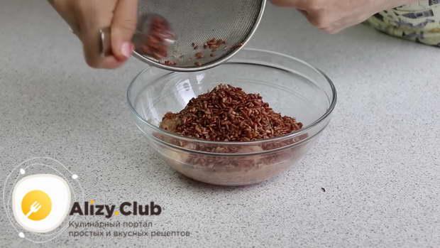 Выкладываю остывший рис и хорошо перемешиваю