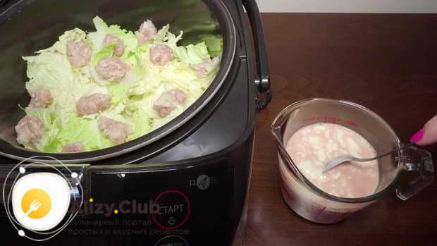 Для заливки возьмите 300 мл теплой воды, добавьте 1 столовую ложку томатной пасты, 100 г сметаны