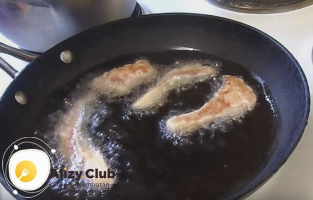 Выкладываем кусочки филе на сковороду, когда масло хорошенько раскалится.