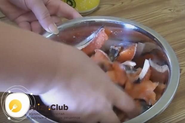 Хорошенько перемешиваем рыбу, чтобы специи попали на каждый кусочек.