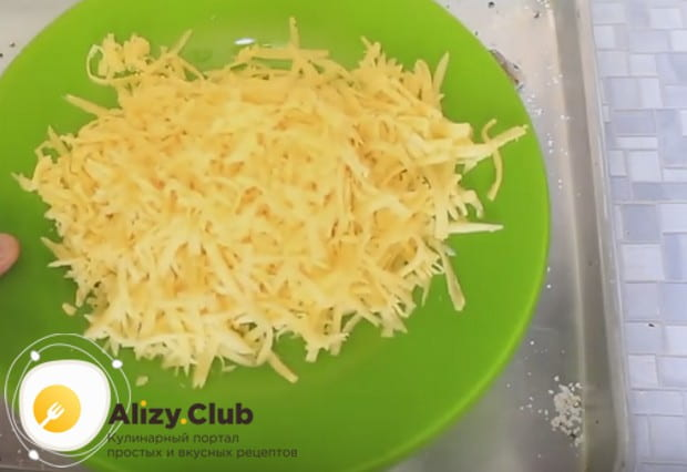Пока блюдо запекается, натираем сыр.