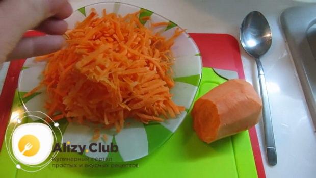 Нарежьте копчености для пригогтовления горохового супа натрите морковь