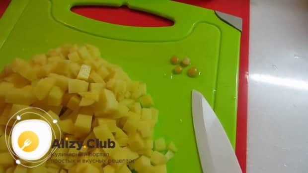 Нарежьте копчености для пригогтовления горохового супа нарежьте картофель