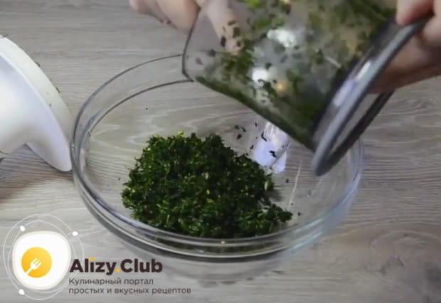 Добавляем к зелени чеснок, измельчаем еще раз и перекладываем в миску.