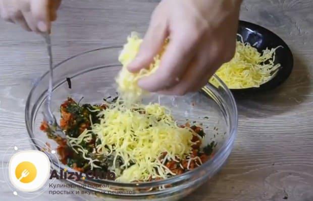 Трем на мелкой терке сыр и добавляем в начинку.