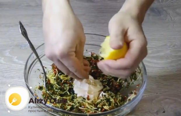 Заправляем начинку майонезом, горчицей и лимонным соком.