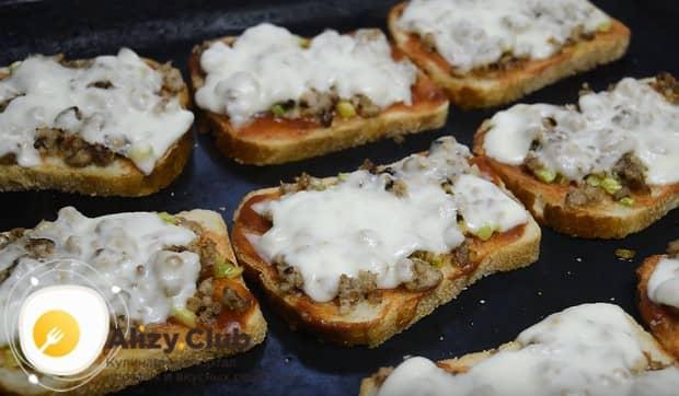 Отправляем бутерброды в духовку, но не надолго, а только чтобы расплавился сыр.