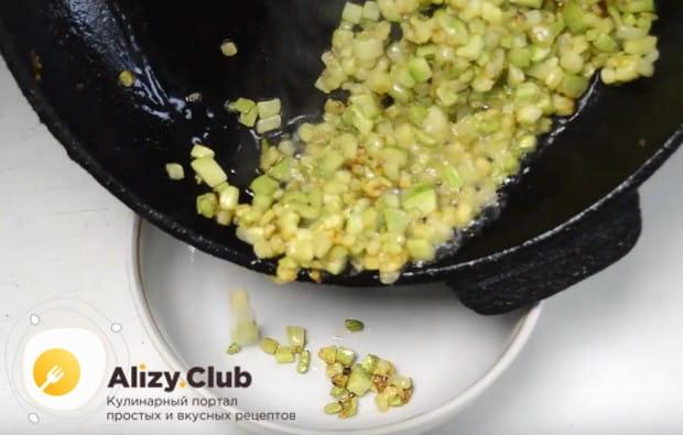 На сковороде с растительным маслом обжариваем кабачок.
