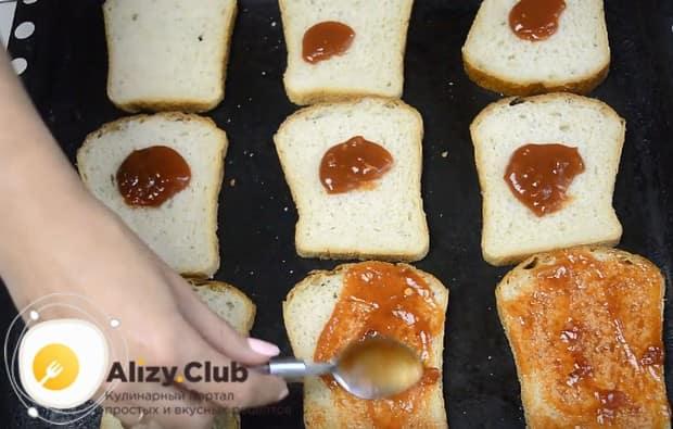 Смазываем хлеб томатной пастой или кетчупом.