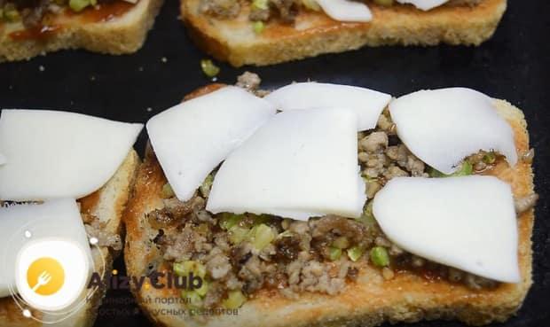 Горячие бутерброды получаются вкусными с сыром моцарелла в духовке.