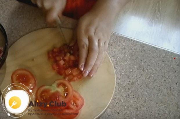 Кроме колбасы, нам понадобятся также помидоры.
