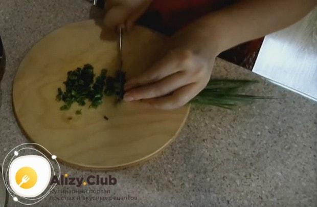 Измельчаем свежий зеленый лук.