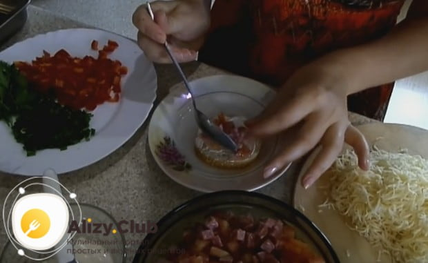 Выкладываем на батон смесь колбасы с помидорами.
