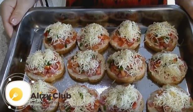 Отправляем заготовки в духовку, чтобы сыр расплавился.