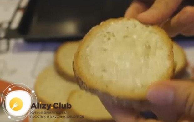 Хлеб или батон смазываем маслом.