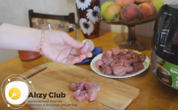 Нарезаем мясо небольшими кусочками.