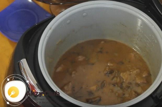 Приготовьте вкусную тушеную говядину с черносливом в мультиварке по такому рецепту, и она прекрасно дополнит любой гарнир!