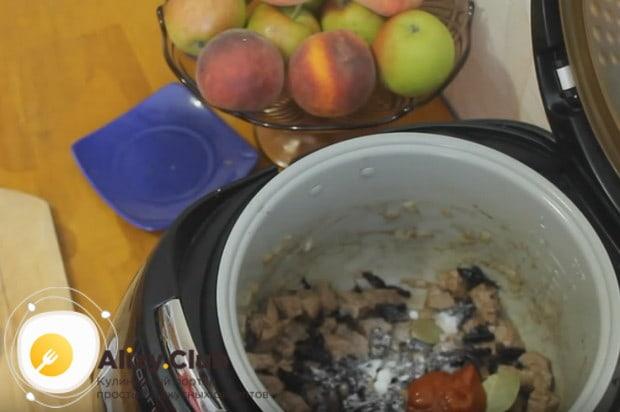 Теперь выкладываем чернослив и лавровый лист, солим блюдо и добавляем томатную пасту.
